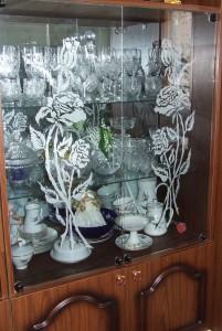 Рисунок на стекле книжного шкафа